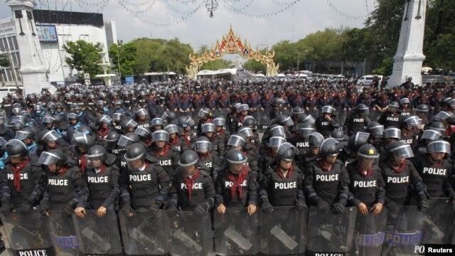 Polisi anti huru-hara Thailand berjaga di sekitar gedung-gedung Pemerintah untuk mengantisipasi unjukrasa anti-pemerintah yang diperkirakan akan berlangsung di Bangkok (23/11).