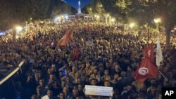 Supporters of ruling Islamist Ennahda party demonstrate in condemnation of assassination of six Tunisian policemen, Tunis, Oct.24, 2013.