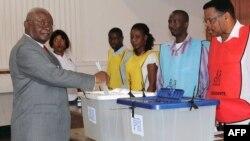Presidente Armando Guebuza na assembleia de voto a 15 de Outubro 2014