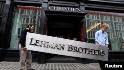 Radnici uklanjaju ploču sa imenom bankrotirane investicione banke Liman Braders (Lehman Brothers), (arhiv)
