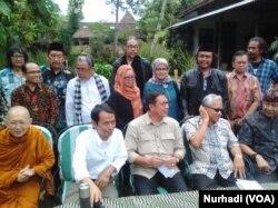 Menteri Agama, Lukman Hakim Saifuddin bertemu sejumlah budayawan, agamawan dan akademisi di Bantul, 2-3 November 2018. (Foto:VOA/Nurhadi)