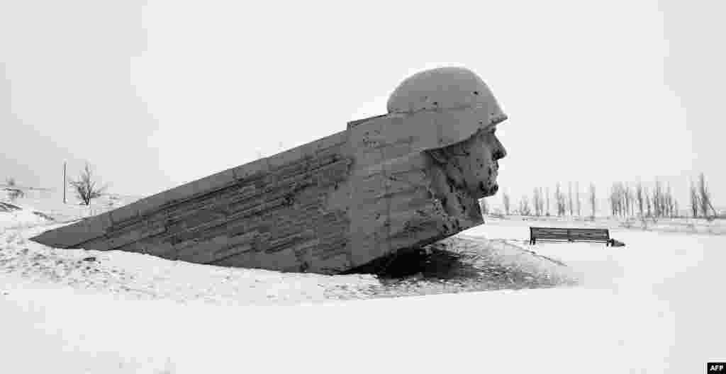 Monumen Savur Mogila untuk para prajurit Red Army yang gugur dalam Perang Dunia II, yang rusak, terlihat diliputi salju dekat kota Snizhnee, Ukraina timur.