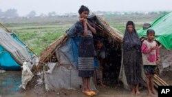 Hình tư liệu - Những người di cư Rohingya đứng bên ngoài các lều tạm ở Sittwe, Myanmar, ngày 14 tháng 5 năm 2013.