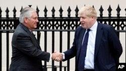 El secretario de Estado de EEUU, Rex Tillerson es recibido por su homólogo británico, el secretario del Exterior Boris Johnson, en Londres. Enero 22 de 2018.