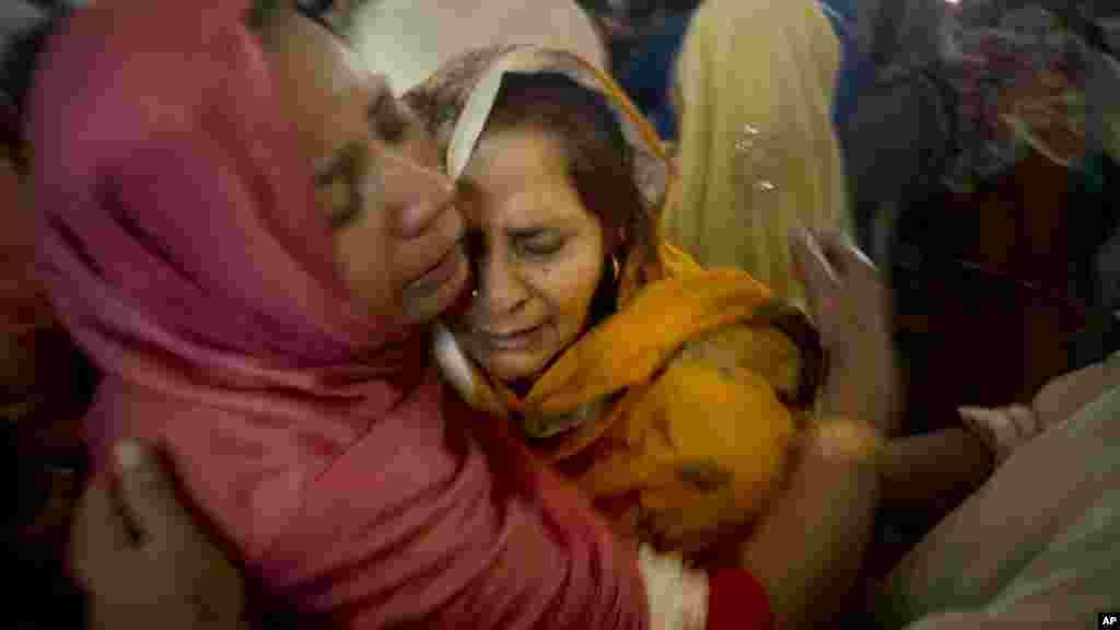 Des chrétiennes pakistanaises pleurent la mort de leurs proches lors d'un service funèbre dans une église à Lahore, au Pakistan, le lundi 28 mars 2016.