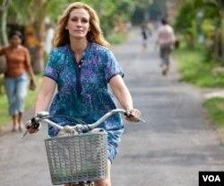 Julia Roberts mengendarai sepeda keliling Ubud dalam film 'Eat, Pray, Love.' Banyak paket wisata ke Bali menawarkan pengalaman spiritual mirip dengan yang diangkat dalam buku dan film ini.