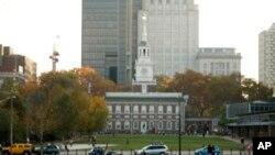 Seorang pria membaca koran di dekat Independence Hall, Philadelphia (6/11). Philadelphia menjadi kota pertama di Amerika yang menyandang Kota Warisan Dunia.