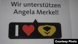 Один из слоганов ХДС/ХСС - «Мы поддерживаем Ангелу Меркель»