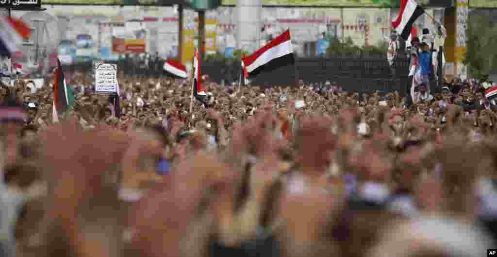 Những người ủng hộ chính phủ Yemen hô khẩu hiệu sau khi cầu nguyện trong ngày thứ Sáu trong một cuộc biểu tình chống phiến quân người Shia Houthi ở thủ đô Sanaa.