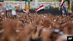 Pendukung pemerintah Yaman menyerukan slogan setelah sholat Jumat dalam protes menentang pemberontak Syiah al-Houthi di Sanaa, Yaman, 5 September 2014.