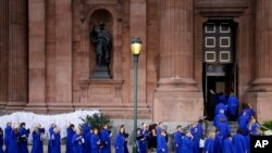 Anggota paduan suara memasuki gereja Cathedral Basilica of Sts. Peter and Paul di Philadelphia, sebelum Misa bersama Paus Fransiskus, 26 September 2015 (Foto: AP Photo/Patrick Semansky)