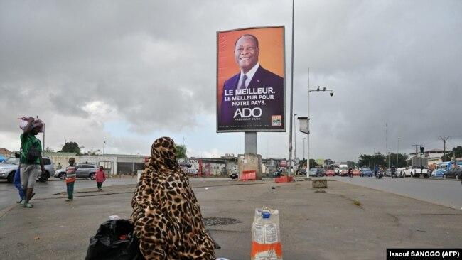 Panneau publicitaire de la campagne du président de la Côte d'Ivoire Alassane Ouattara à Abidjan, le 15 octobre 2020.
