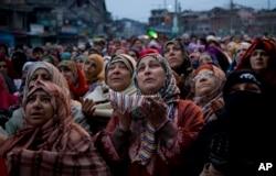 Phụ nữ Hồi giáo ở vùng Kashmir do Ấn Độ kiểm soát đang cầu nguyện tại đền thờ Sufi Saint Syed Abdul Qadir Jilani.