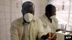 Des pharmaciens travaillent sur la quinine à Bukavu, le 5 août 2002.