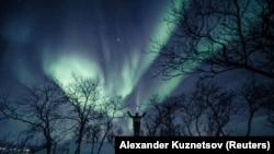 Um homem aprecia a aurora no céu de Kilpisjarvi, Finlândia. 18 de fevereiro, 2020