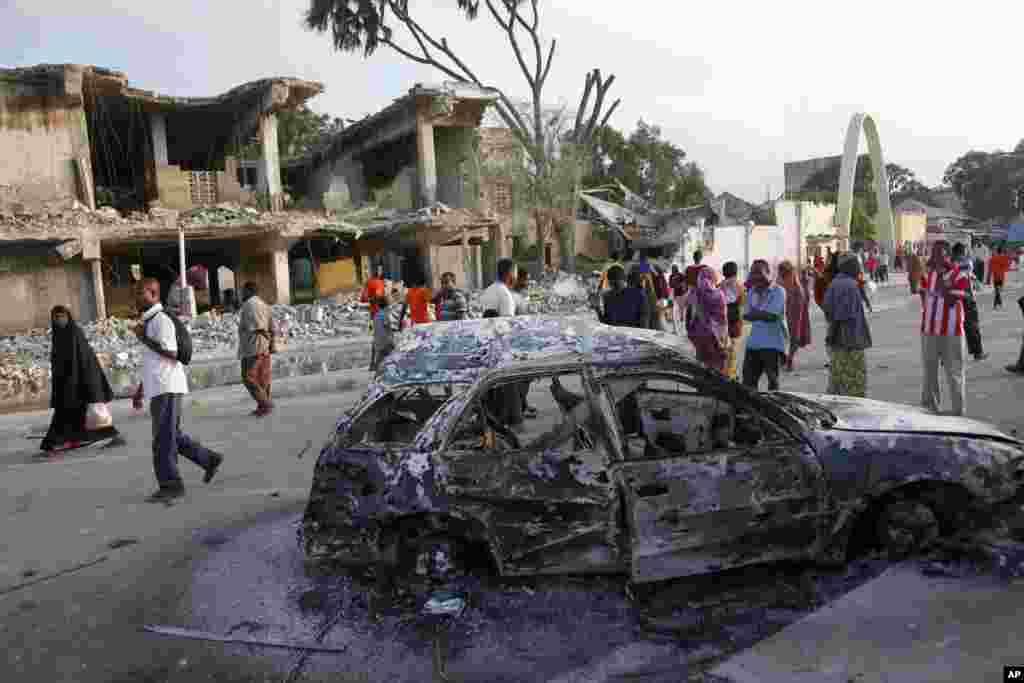صومالیہ کے دارالحکومت میں دو طاقتور بم دھماکوں اور فائرنگ میں کم از کم 10 افراد ہلاک اور 30 زخمی ہو گئے۔