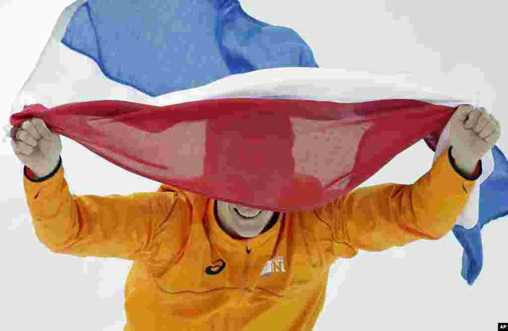 12일 남자 1000미터 스피드스케이팅 경기에서 금메달을 획득한 네델란드의 스테판 흐로타위스 선수가 국기를 들고 경기장을 돌고 있다.