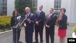 Empresarios hispanos hablan con la prensa en la Casa Blanca. [Foto: Mitzi Macías, Voz de América].