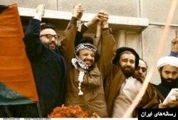 از راست احمد خمینی، یاسر عرفات و ابراهیم یزدی دست در دست هم. چند ماه بعد با جنگ عراق، عرفات از صدام حمایت کرد.
