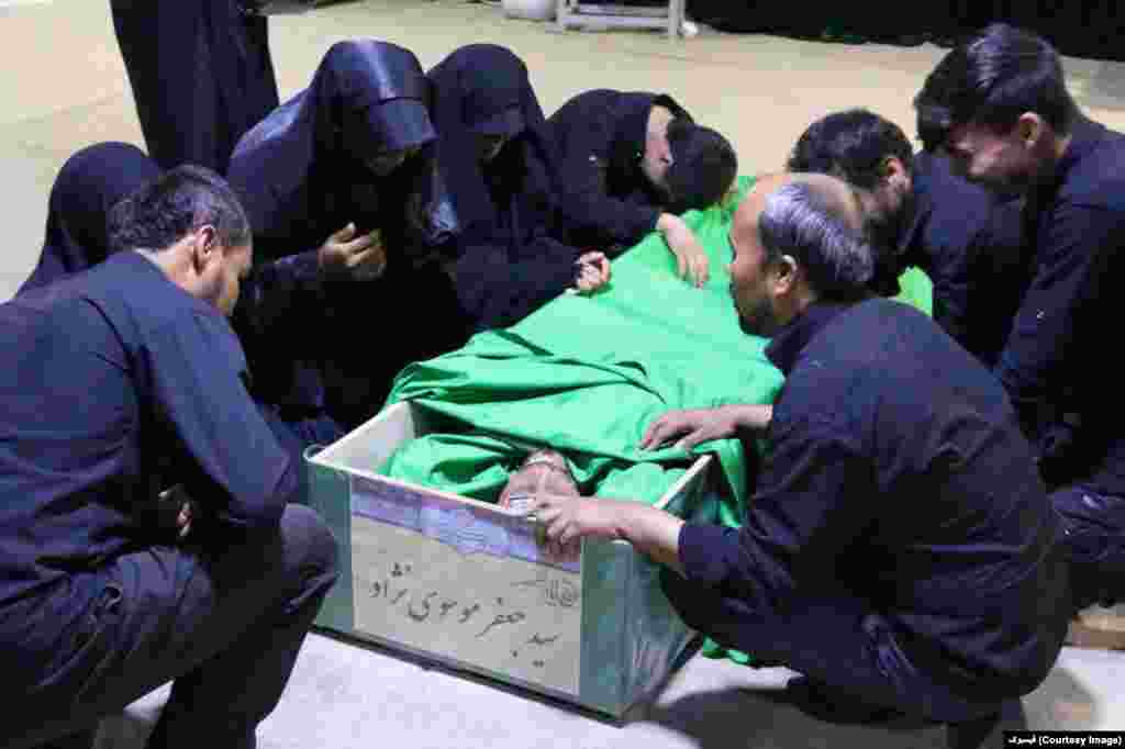 گفته می شود که سپاه پاسداران ایران به خانوادۀ افغانهایی که در جنگ سوریه کشته میشوند، شناسنامۀ ایرانی میدهد.