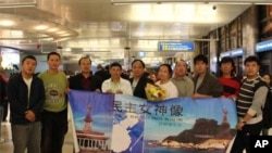 陳維明(右五)與民主女神像籌備會人士。