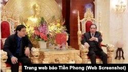 Trong bức ảnh làm 'dậy sóng' dư luận, Nguyên Tổng Bí thư Nông Đức Mạnh ngồi trên chiếc ghế chạm trổ đầu rồng nói chuyện với Bí thư thứ nhất Trung ương Đoàn Nguyễn Đắc Vinh (Ảnh chụp từ trang web của báo Tiền Phong).