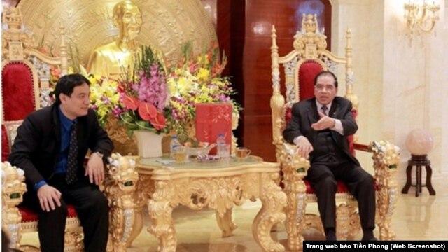 Báo Tiền Phong Online của đảng in hình nguyên Tổng Bí thư Nông Đức Mạnh ngồi trên ngai đầu rồng nạm vàng, giữa phòng khánh tiết gia đình lộng lẫy như giữa cung đình vua chúa ngày xưa.