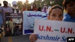 ពលរដ្ឋតំបន់ Kashmir ក្រោមការគ្រប់គ្រងរបស់បាគីស្ថាន កាន់បដាបង្ហាញការគាំទ្រឲ្យមានសាមគ្គីភាពក្នុងចំណោមជនមូស្លីមនៅតំបន់ Kashmir កាលពីថ្ងៃទី២៦ ខែកញ្ញា ឆ្នាំ២០១៦។
