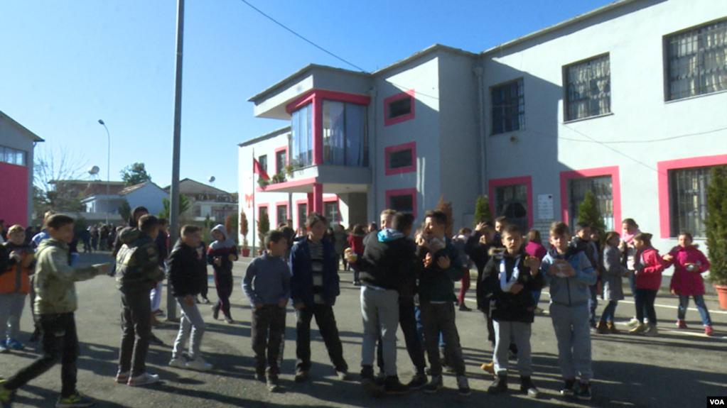 Shqipëri: Dita e parë e shkollës, emocione dhe probleme