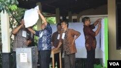 Proses penghitungan suara oleh Panitia Pemilihan Suara di salah satu TPS di Yogyakarta dalam Pemilu 2014 lalu (Foto: VOA/Nurhadi)