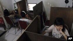 Beberapa remaja di sebuah warnet di Jakarta. (Foto: Ilustrasi)