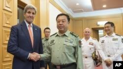 지난달 16일 중국 베이징을 방문한 존 케리 미국 국무장관(왼쪽)이 판창룽 중국 중앙군사위 부주석과 회동했다.