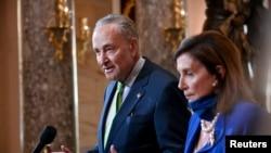 Pemimpin Minorita Senat Chuck Schumer bersama Ketua DPR AS saat memberi keterangan pers di Capitol, Washington, 29 Juli 2020. (Foto: Reuters)