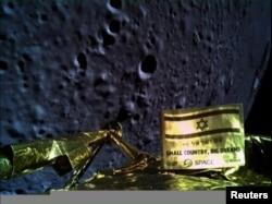 Foto permukaan Bulan yang diabadikan oleh pesawat ruang angkasa Israeli, Beresheet, dan diperoleh oleh Reuters dari Space IL, 11 April 2019.
