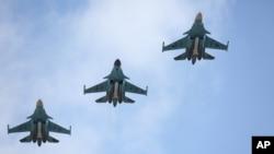 Sur cette photo fournie par le Ministère russe de la Défense, des bombardiers arrivent de Syrie, à une base aérienne près de la ville russe Voronezh, le mardi 15 Mars 2016.