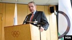 El presidente del Comité de los Juegos Olímpicos, Jacques Rogge, anunció a NBC como la cadena oficial para transmitir las siguientes cuatro olimpíadas.