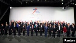 Para pemimpin Asia dan Eropa berpose bersama pada pembukaan KTT di Milan, Italia Kamis (16/10).