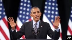 奥巴马总统在一所高中进行关于移民行政命令的演说。