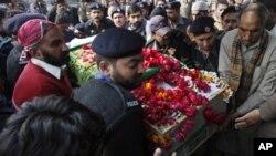 لاہور بم دھماکے میں ہلاک ہونے والے ایک فرد کا جنازہ پولیس کی حفاظت میں لے جایا جارہا ہے۔ 26 جنوری، 2011
