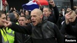 Người biểu tình hô vang các khẩu hiệu bài di dân trong cuộc xuống đường do Pegida tổ chức ở Calais, Pháp, ngày 6/2.
