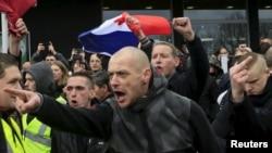 Des activistes anti-migrants scandent des slogans lors d'une manifestation organisée par le groupe anti-Islam PEGIDA à Calais, France, le 6 février 2016. (Reuters)
