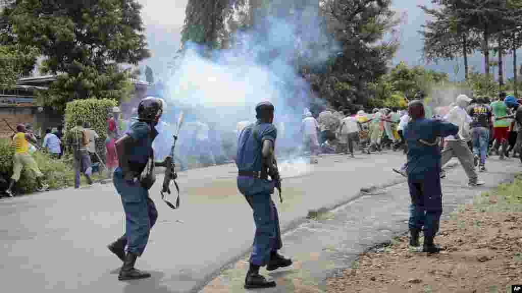 Demonstrators trying to march to the town center flee as police disperse them with tear gas, in the Ngagara district of Bujumbura, Burundi, May 13, 2015.