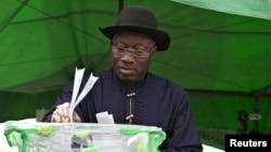 Le président sortant du Nigéria Goodluck Jonathan, lors de la dernière élection présidentielle au Nigéria, samedi 28 mars 2015.