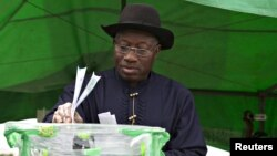 Nigeria's President Goodluck Jonathan casts his ballot in his ward at Otuoke, Bayelsa State March 28, 2015. REUTERS/Afolabi Sotunde - RTR4V98G