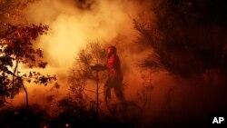 Bomberos de Los Angeles caminan a lo largo de la línea de fuego en Groveland, cerca de Yosemite.