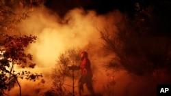 Tư liệu: Một nhân viên cứu hỏa Bồ Đào Nha thi hành nhiệm vụ ở Tondela, gần Viseu, Bồ Đào Nha. (AP Photo/Francisco Seco)
