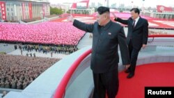Pemimpin Korea Utara Kim Jong Un (depan) dalam sebuah acara parade di Pyongyang (foto: dok).