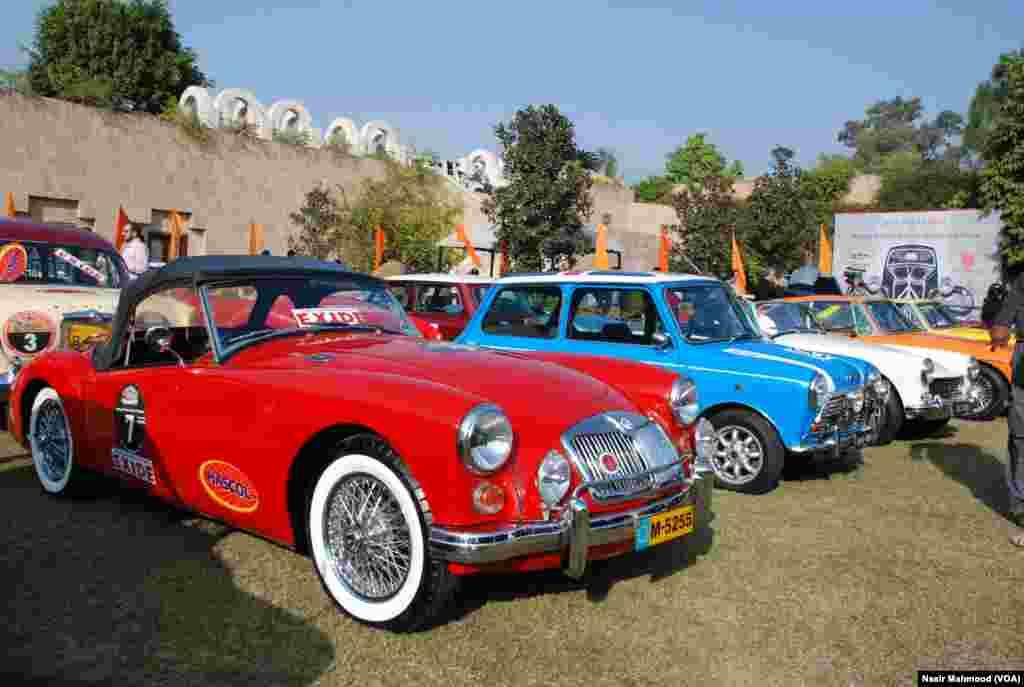 وفاقی دارالحکومت اسلام آباد میں ونٹیج اینڈ کلاسک کار کلب آف پاکستان نے پرانی اور منفرد گاڑیوں کو نمائش کے لیے پیش کیا۔