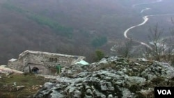 Dzamija se nalazi na vrhu brda do kojeg vodi samo planinski put
