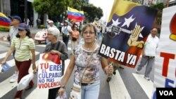 Venezolanos marchan en una manifestación contra la violencia en Caracas.